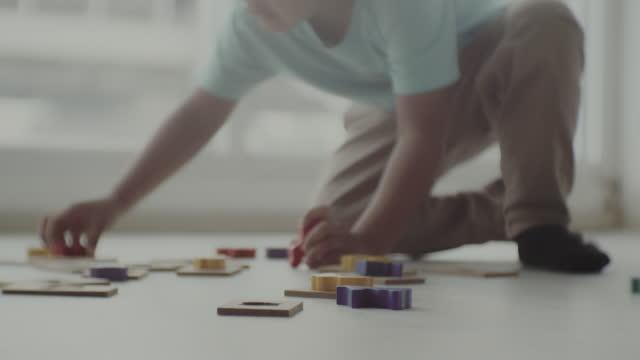 vídeos de stock e filmes b-roll de messy room ,  little child - explicar