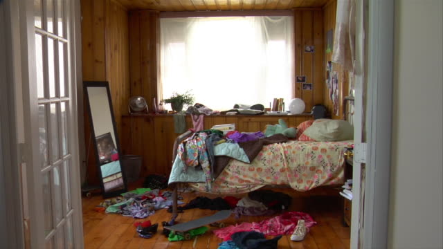 ms messy teenage bedroom - wohnraum stock-videos und b-roll-filmmaterial