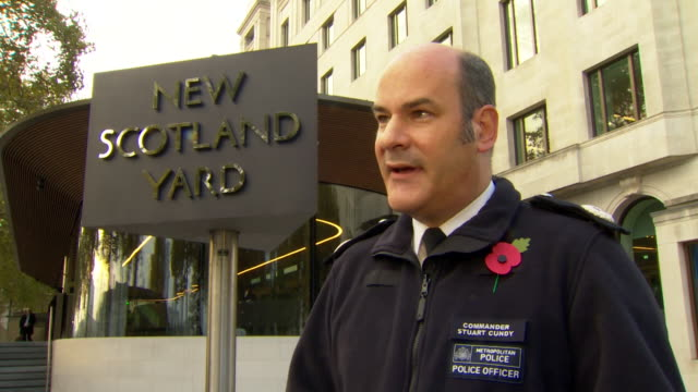 met police commander stuart cundy saying he can't imagine the emotions and stress family members of murder victims of knife crime go through - 刺傷事件点の映像素材/bロール