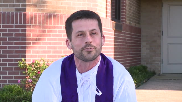 metairie, u.s. - pastor matthew johnson speaking about drive-through confession. priest of st benilde church offers confession service every... - 懺悔点の映像素材/bロール
