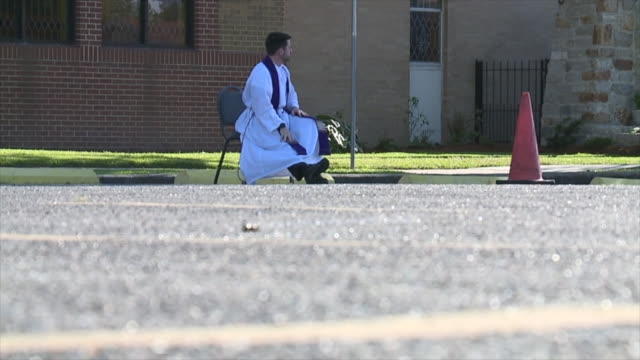 metairie, u.s. - pastor matthew johnson waiting for people who want to confess. priest of st benilde church offers drive-through confession every... - 懺悔点の映像素材/bロール