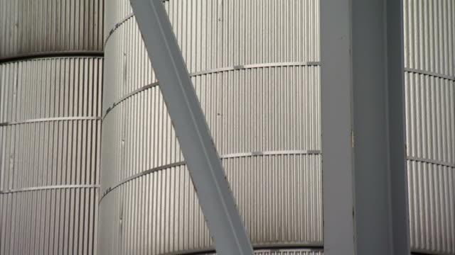vidéos et rushes de metal bars create a framework around silos. - silo