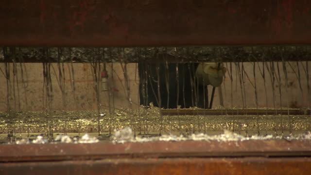 vídeos de stock e filmes b-roll de metal being treated at a galvanising factory in telford - ferro metal