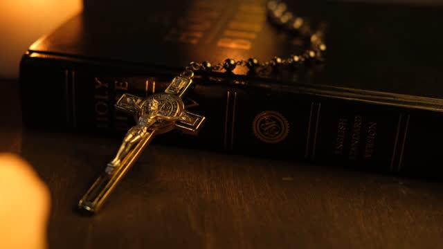 croce metallica - bibbia video stock e b–roll