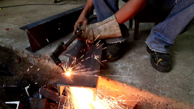 HD : Metal cutting with gas welding