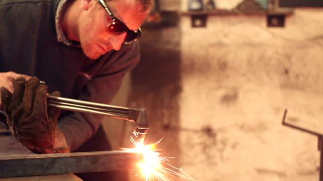 vidéos et rushes de metal fabrication - metal