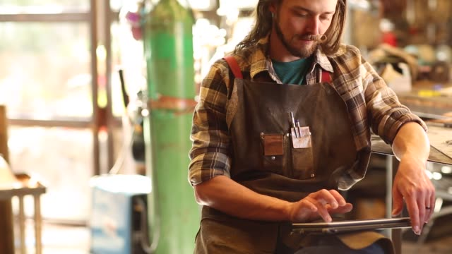 metal fabricator - プレイドシャツ点の映像素材/bロール