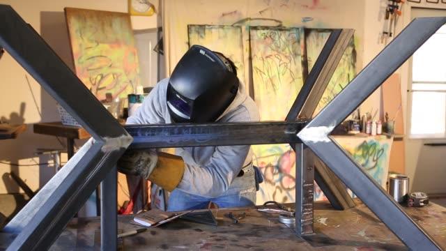 vídeos y material grabado en eventos de stock de metal fabricator working on table - un solo hombre maduro