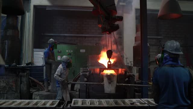 金属産業の仕事 - 溶融金属を注ぐ - お玉点の映像素材/bロール