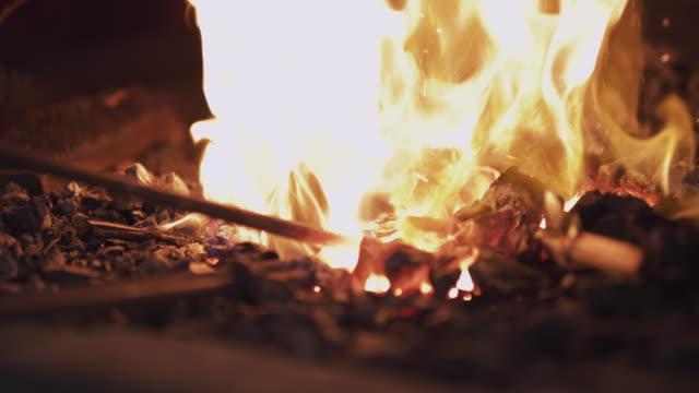 vídeos de stock, filmes e b-roll de metal não é metal até que passe pelo fogo - exclusivo