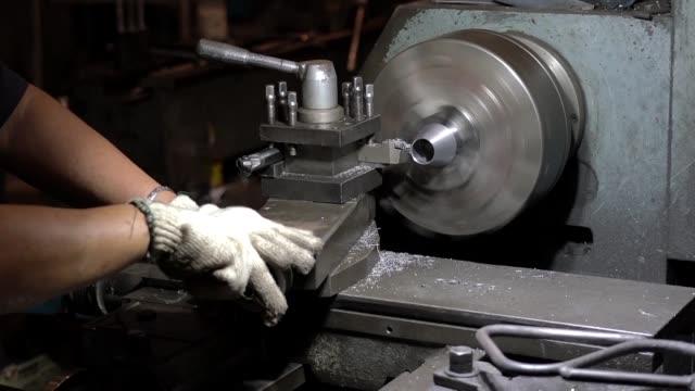 vídeos y material grabado en eventos de stock de material de archivo de torneado de máquina de metal - acero inoxidable