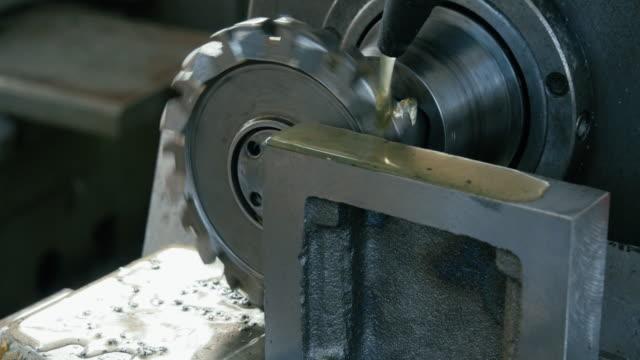 metall fräsmaschine im prozess. - 4k auflösung stock-videos und b-roll-filmmaterial