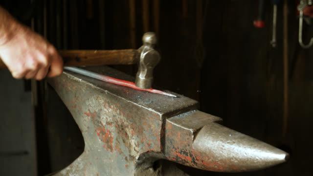 vídeos de stock e filmes b-roll de metal object hit with hammer on anvil - ferro metal