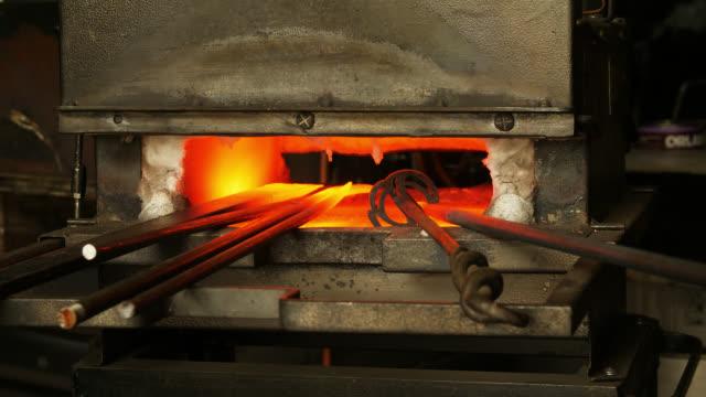 vídeos de stock e filmes b-roll de metal objects heating up in blacksmith forge - ferro metal