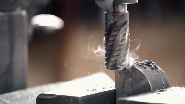 金属加工工場。 - ドリルビット点の映像素材/bロール