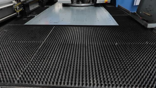 vidéos et rushes de poinçonneuse dans une usine de métal - chaîne de production