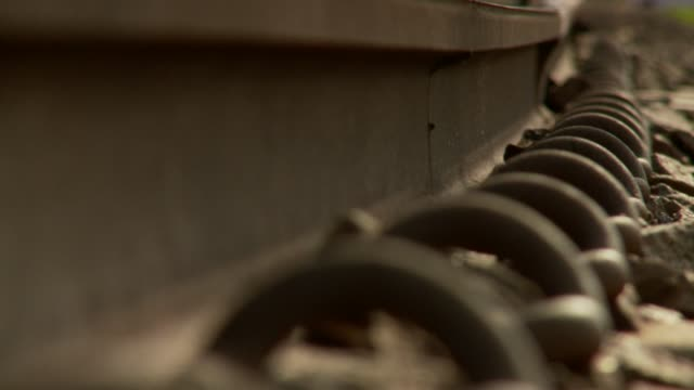 vídeos de stock, filmes e b-roll de metal rings anchor railroad tracks to the ground. available in hd. - ancorado