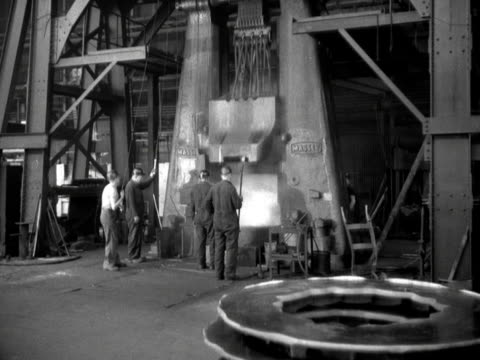 vídeos de stock, filmes e b-roll de metal rings are pounded into shape at a steel mill - indústria metalúrgica