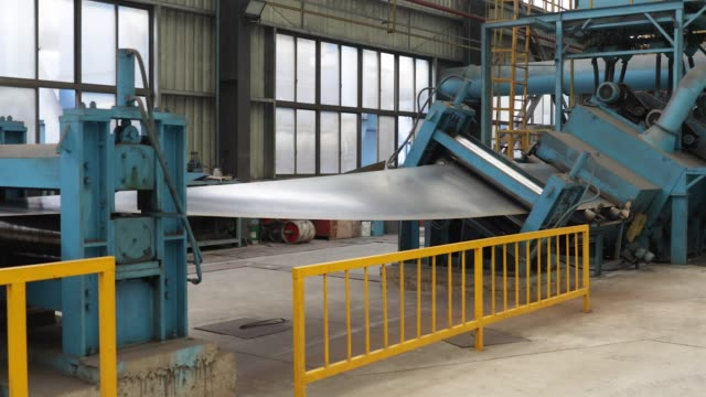 vidéos et rushes de cu metal sheet is flattened by machine as it is uncoiled in the pressing shop at the singamascontainer holdings ltd factory in qidong china on... - tôle