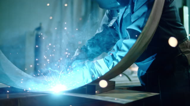 vídeos de stock, filmes e b-roll de slo mo ds metal sparks emerging at welding - soldador