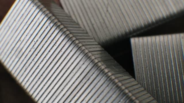 金属ステープルピンクローズアップマクロの背景 - ホッチキス点の映像素材/bロール