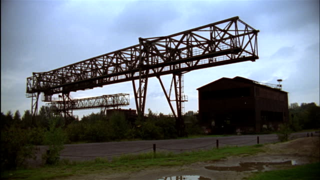 wide shot metal structure and building of abandoned steel mill now used as park, landschaftspark nord, duisburg-meiderich, north rhine-westphalia, germany - ルール渓谷点の映像素材/bロール