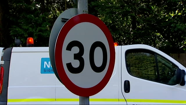 surrey county council replaces stolen signs with plastic ones; surrey: country lane to new plastic speed limit sign sign at crossroads plastic... - 道を譲る点の映像素材/bロール