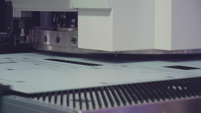 vídeos de stock e filmes b-roll de cnc, metal-cutting manufacturing machine. - painel de cristal líquido