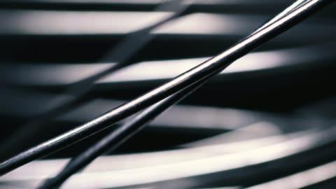 vídeos y material grabado en eventos de stock de enredados de alambre metálico sobre fondo negro - aluminio