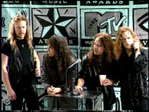 metallica at the 1991 mtv awards at universal amphitheatre in universal city, california on january 1, 1991. - メタリカ点の映像素材/bロール
