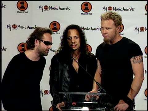 metallica at the my vh-1 music awards press room at the shrine auditorium in los angeles, california on november 30, 2000. - スラッシュメタル点の映像素材/bロール