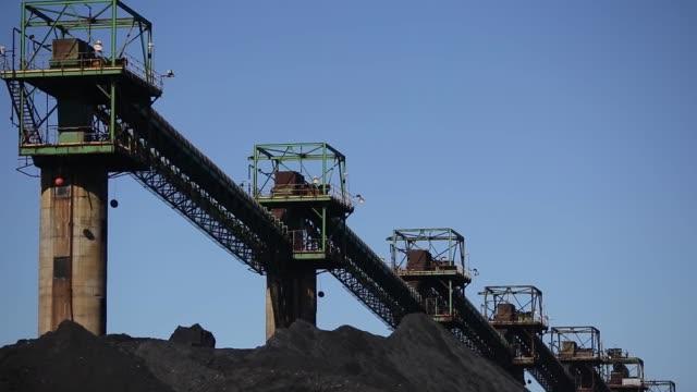 metallurgical coal is pictured at the suncoke energy inc ceredo coal terminal in ceredo west virginia us on tuesday may 2 2017 shots wide shots of... - kolgruva bildbanksvideor och videomaterial från bakom kulisserna