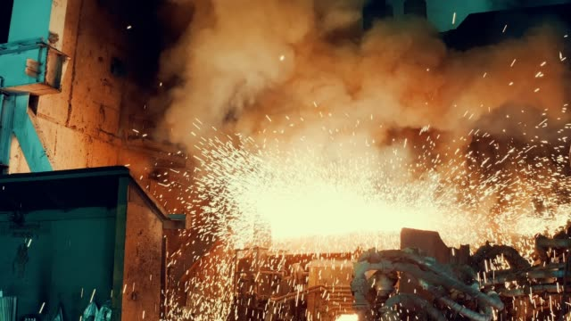 stockvideo's en b-roll-footage met metallurgische plant-start staal oven - staal
