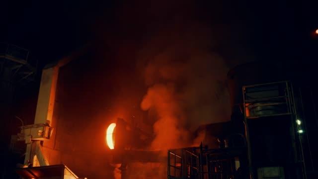 vídeos de stock e filmes b-roll de metallurgical plant - steel furnace - indústria metalúrgica