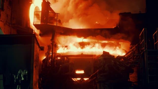 vidéos et rushes de usine métallurgique - four d'acier - audio disponible en ligne