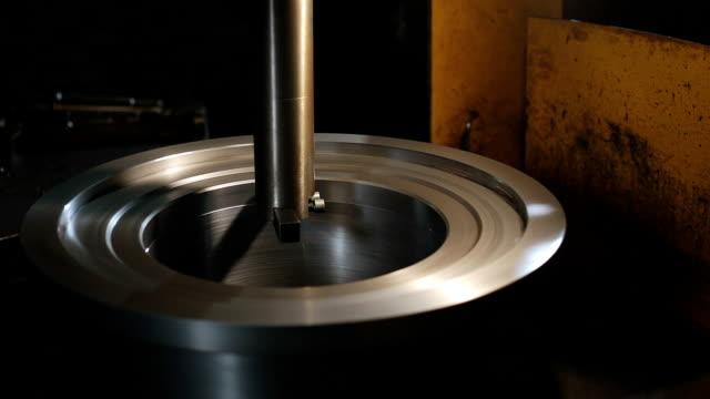 vidéos et rushes de la machine métallurgique traite la pièce. - exactitude
