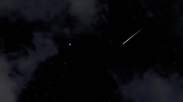 vídeos de stock e filmes b-roll de 4 k : chuva de meteoros em uma noite nublada - meteoro