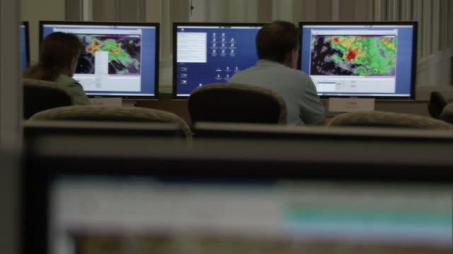 vídeos de stock, filmes e b-roll de meteorologists monitor radar displays. - meteorologia