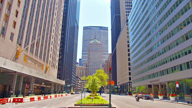 stockvideo's en b-roll-footage met metlife business center. park avenue in new york. small green area. environment conscious. financial hub. - metlife building