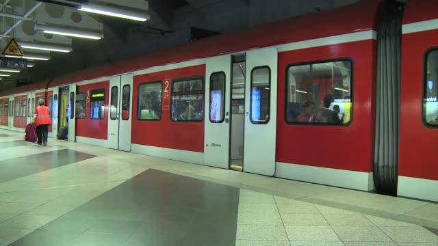 vídeos y material grabado en eventos de stock de metro closing doors - andén de estación de metro
