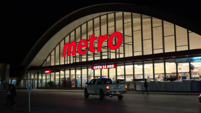 metro inc is a canadian grocery or food retailer operating in the provinces of quebec and ontario it is the third largest grocery chain in the... - lebensmittelhändler stock-videos und b-roll-filmmaterial