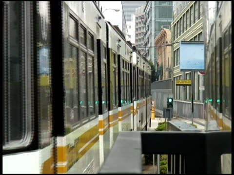 Metro MIrror: Treno riflette in metallo parete