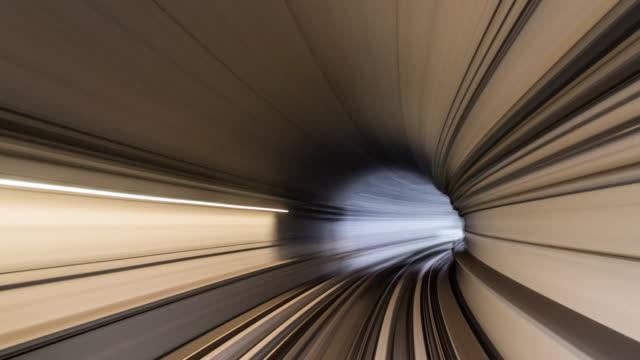 トンネルを通るt /l povメトロレールに乗って/ ドバイ, アラブ首長国連邦 - トンネル点の映像素材/bロール