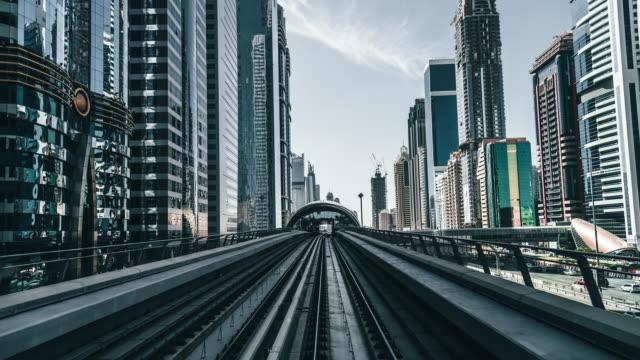 vidéos et rushes de t/l pov metro riding / dubaï, émirats arabes unis - vie citadine