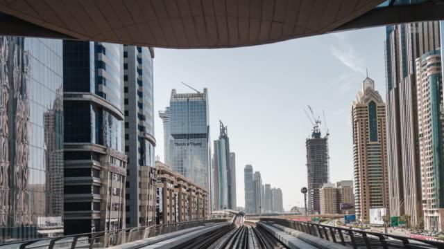 vidéos et rushes de t/l metro riding à travers le centre-ville de dubaï - quartier financier