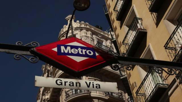 cu la metro sign at gran via / madrid, spain - straßenschild stock-videos und b-roll-filmmaterial