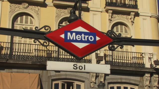 vídeos y material grabado en eventos de stock de cu, metro sign at puerta del sol subway station, madrid, spain - plano fijo