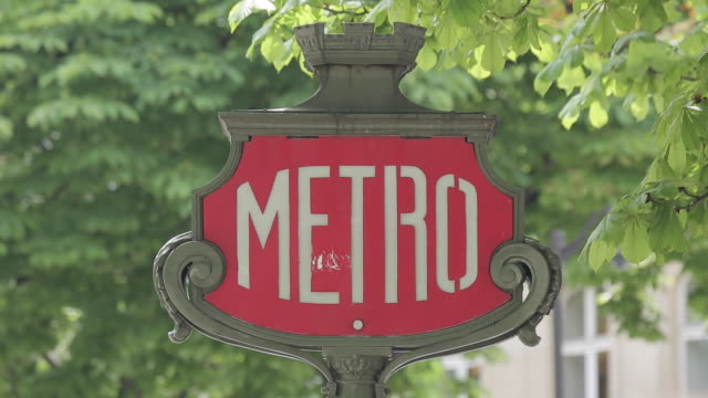 vidéos et rushes de metro sign on avenue des champs elysees, paris, france, europe - ornement