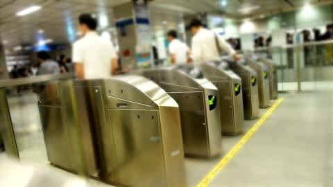 vídeos y material grabado en eventos de stock de entrada de metro de puerta de salida - enfoque diferencial