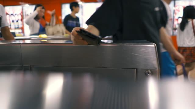 metro-ticket für die ausfahrt gate - fahrkartenschalter stock-videos und b-roll-filmmaterial